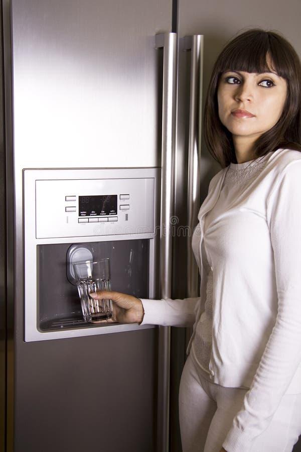 μπροστινή γυναίκα ψυγείω&nu στοκ φωτογραφία με δικαίωμα ελεύθερης χρήσης