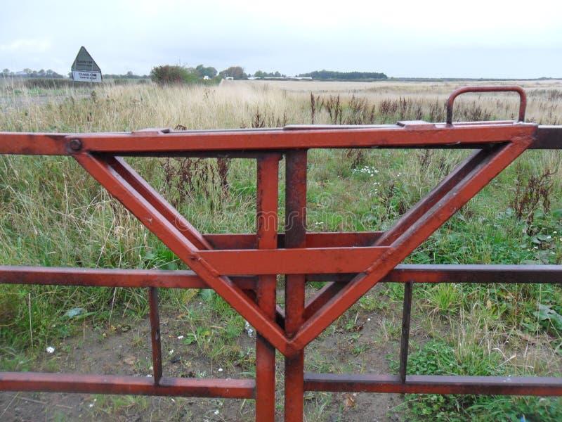 Μπροστινή είσοδος πυλών που κλειδώνεται στον τομέα ενός αγρότη στοκ φωτογραφία