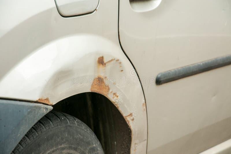 Μπροστινή πλευρά κοντά στον προβολέα των σπασμένων και χαλασμένων ασημένιων συντριμμιών αυτοκινήτων στο ατύχημα συντριβής με το γ στοκ φωτογραφίες με δικαίωμα ελεύθερης χρήσης