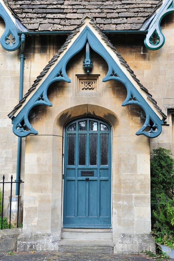 Μπροστινή πόρτα ενός αγγλικού εξοχικού σπιτιού στοκ φωτογραφίες