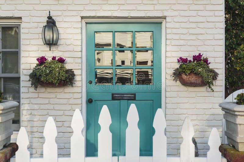 Μπροστινή πόρτα κιρκιριών ενός κλασικού σπιτιού στοκ φωτογραφία με δικαίωμα ελεύθερης χρήσης