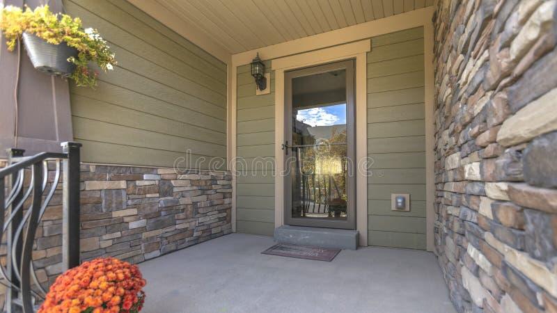 Μπροστινή πόρτα μερών και γυαλιού με τις αντανακλάσεις στοκ εικόνες