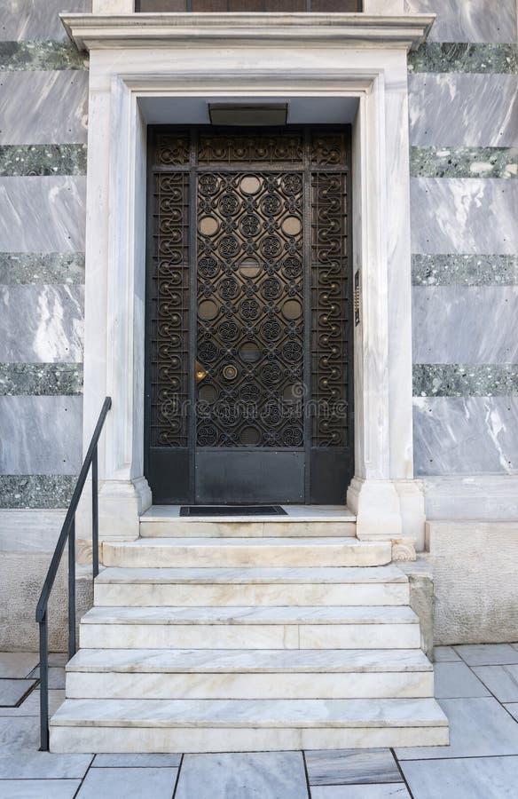 Μπροστινή πόρτα με τα μαρμάρινα βήματα στοκ εικόνες
