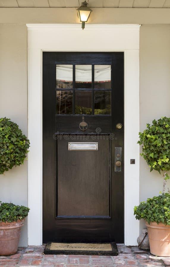 Μπροστινή πόρτα με το μαύρο εξωτερικό στοκ εικόνες