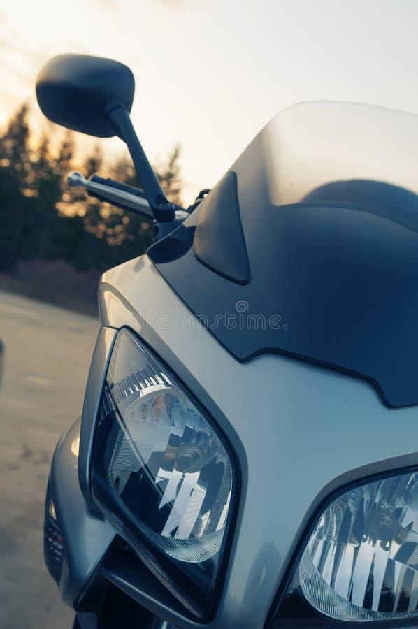 Μπροστινοί προβολείς μοτοσικλετών και οπισθοσκόπος καθρέφτης στοκ εικόνες