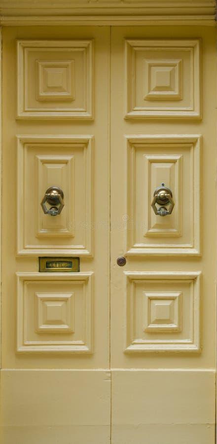 μπροστινός κίτρινος πορτών στοκ φωτογραφία με δικαίωμα ελεύθερης χρήσης