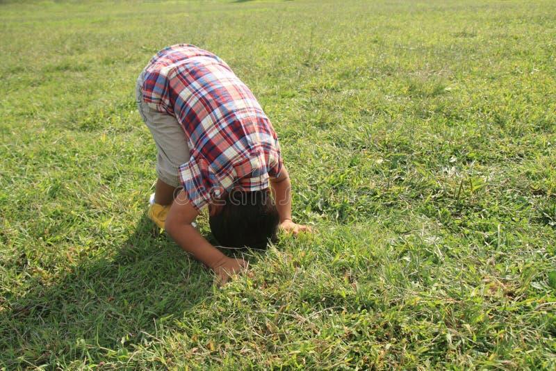 Μπροστινό κυλώντας ιαπωνικό αγόρι στοκ φωτογραφίες