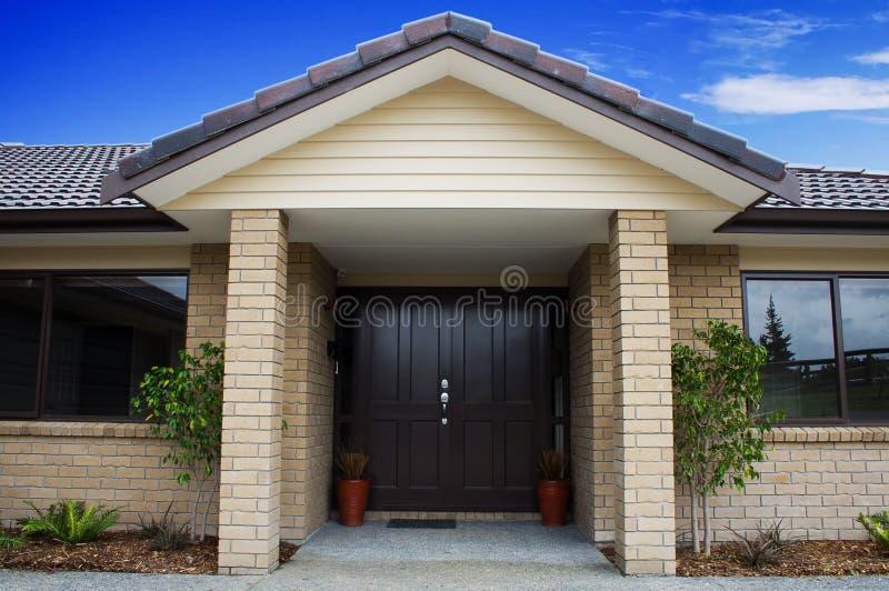 μπροστινό σπίτι εισόδων σύγ&ch στοκ εικόνες με δικαίωμα ελεύθερης χρήσης
