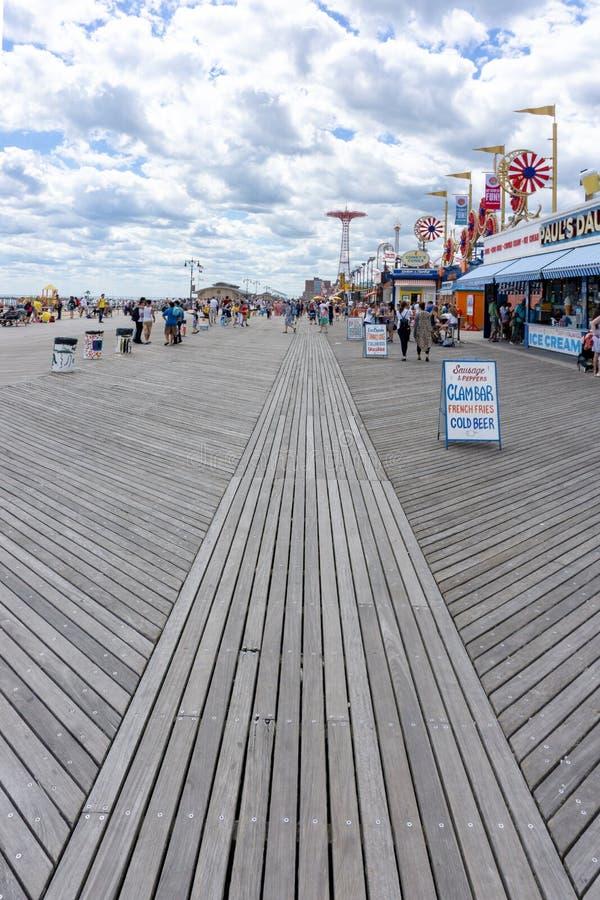 Μπρούκλιν, Νέα Υόρκη/Ηνωμένες Πολιτείες - 15 Ιουνίου 2018: Μια κάθετη άποψη του θαλάσσιου περίπατου στο Coney Island με τους τουρ στοκ εικόνα