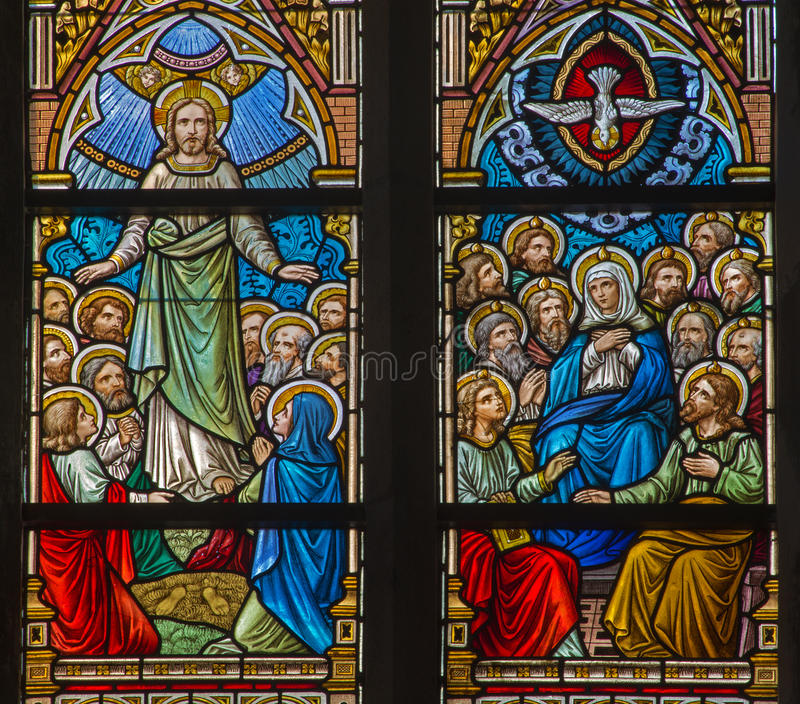 ΜΠΡΥΖ, ΒΕΛΓΙΟ - 12 ΙΟΥΝΊΟΥ 2014: Η ανάβαση της σκηνής του Ιησού και Pentecost στο windwopane στην εκκλησία του ST Jacobs στοκ φωτογραφία