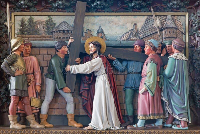 ΜΠΡΥΖ, ΒΕΛΓΙΟ - 13 ΙΟΥΝΊΟΥ 2014: Ο Ιησούς φέρνει το σταυρό του Ανακούφιση στο ST Giles (Sint Gilliskerk) στοκ εικόνα