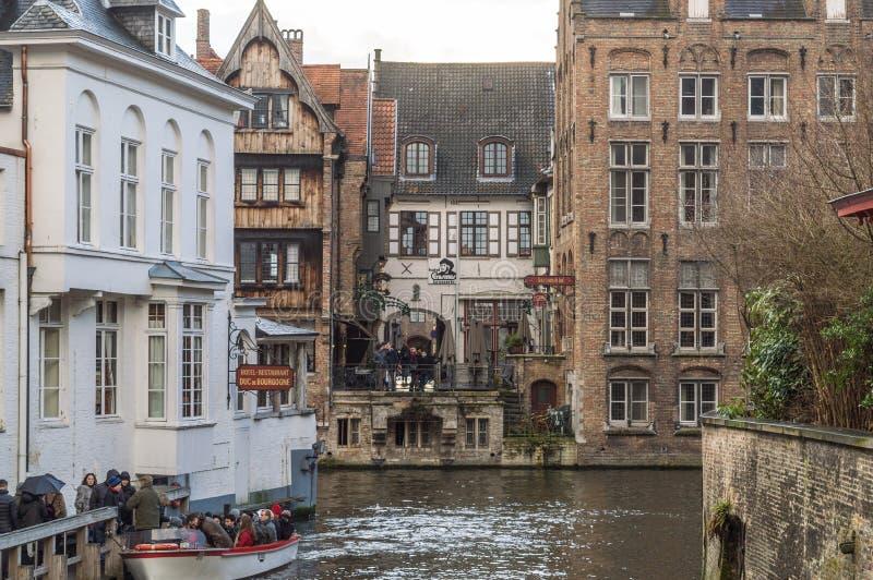 Μπρυζ, δυτική Φλαμανδική περιοχή/Βέλγιο - τον Ιανουάριο του 2017: Οδοί του Μπρυζ και ιστορικό κέντρο, κανάλια και κτήρια Διάσημη  στοκ φωτογραφία