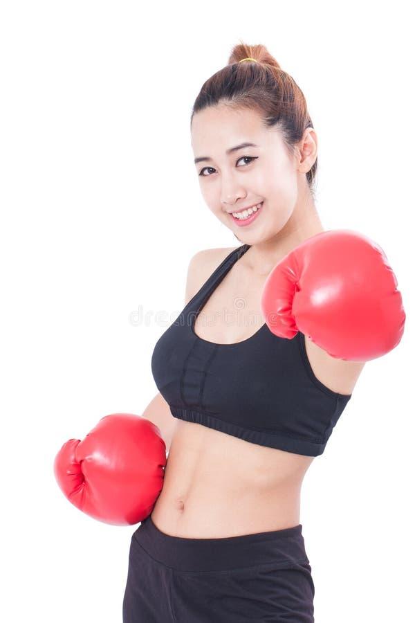 Μπόξερ - πορτρέτο του εγκιβωτισμού γυναικών ικανότητας που φορά τα εγκιβωτίζοντας κόκκινα γάντια στοκ φωτογραφία