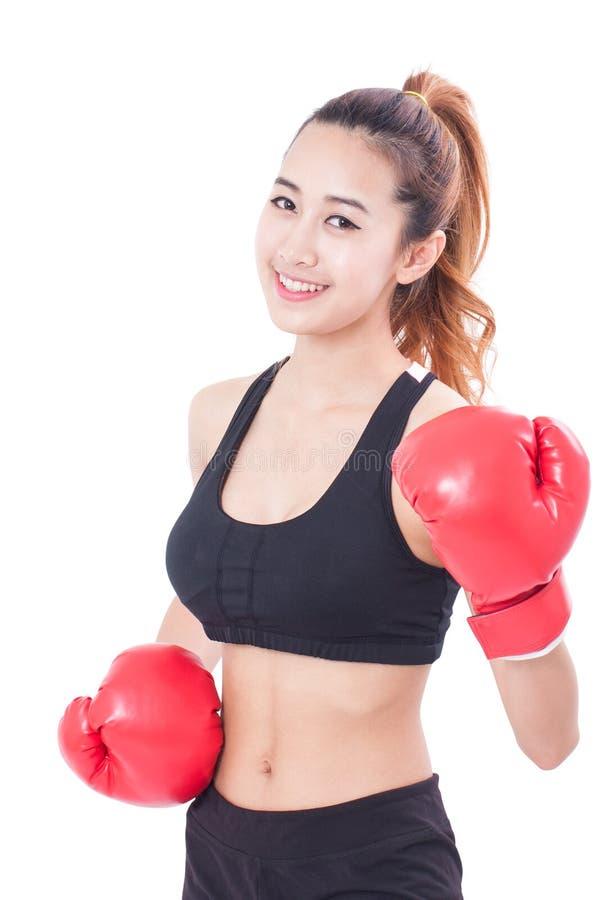 Μπόξερ - πορτρέτο του εγκιβωτισμού γυναικών ικανότητας που φορά τα εγκιβωτίζοντας κόκκινα γάντια στοκ εικόνες