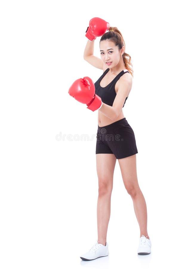 Μπόξερ - πλήρης γυναίκα ικανότητας μήκους που εγκιβωτίζει φορώντας τα εγκιβωτίζοντας κόκκινα γάντια στοκ εικόνα με δικαίωμα ελεύθερης χρήσης