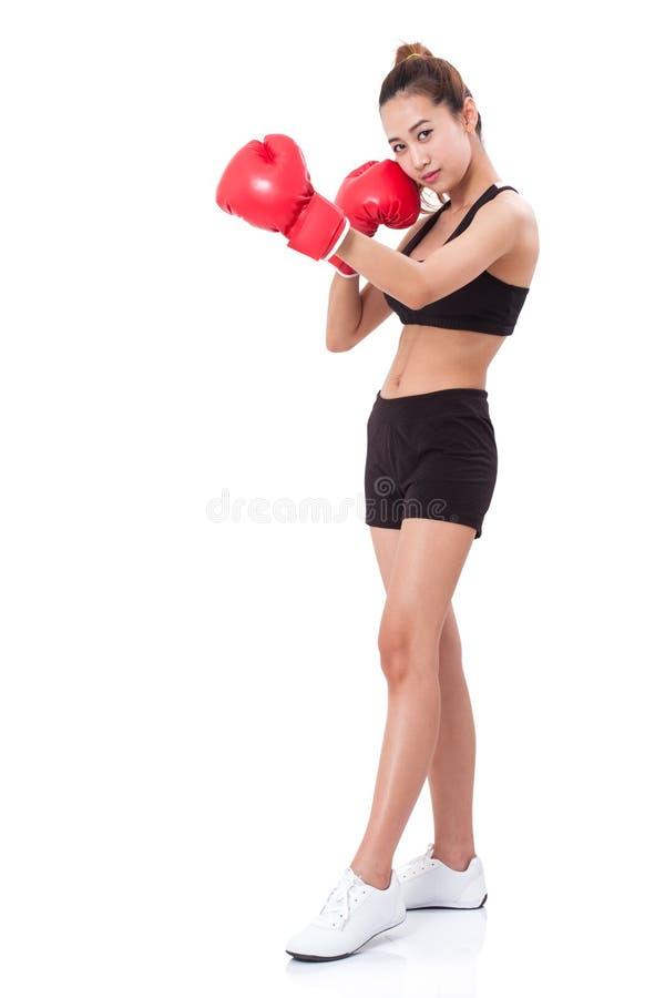 Μπόξερ - πλήρης γυναίκα ικανότητας μήκους που εγκιβωτίζει φορώντας τα εγκιβωτίζοντας κόκκινα γάντια στοκ φωτογραφία