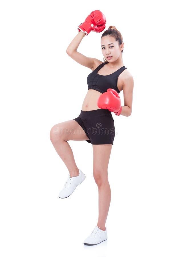 Μπόξερ - πλήρης γυναίκα ικανότητας μήκους που εγκιβωτίζει φορώντας τα εγκιβωτίζοντας κόκκινα γάντια στοκ εικόνες με δικαίωμα ελεύθερης χρήσης