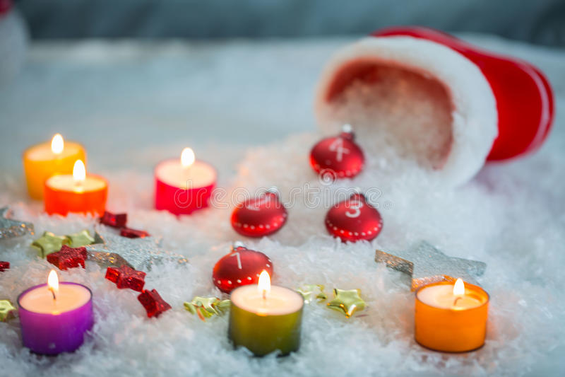 Μπότες Άγιου Βασίλη με τα κεριά και snowmann στοκ φωτογραφία με δικαίωμα ελεύθερης χρήσης