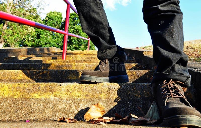 Μπότες οδοιπόρων που αναρριχούνται στα υψηλά βήματα στοκ φωτογραφία με δικαίωμα ελεύθερης χρήσης