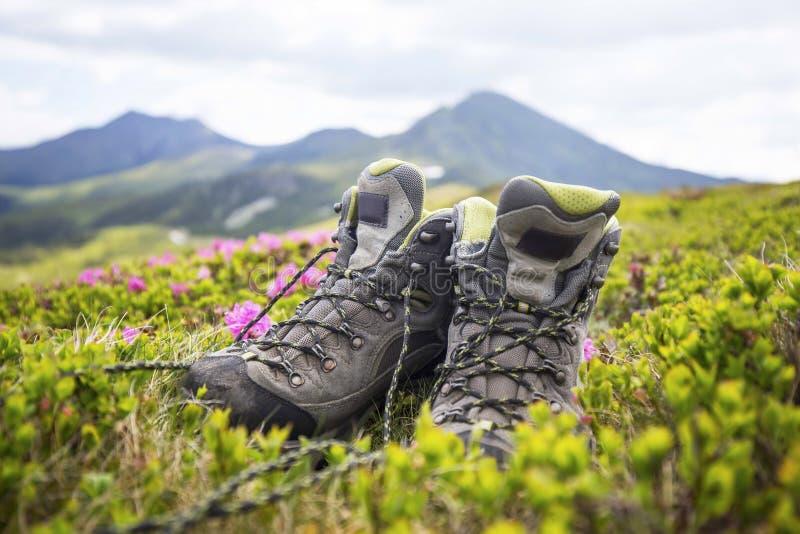 Μπότες πεζοπορίας, υπαίθριος εξοπλισμός υποδημάτων βουνών στοκ φωτογραφία με δικαίωμα ελεύθερης χρήσης