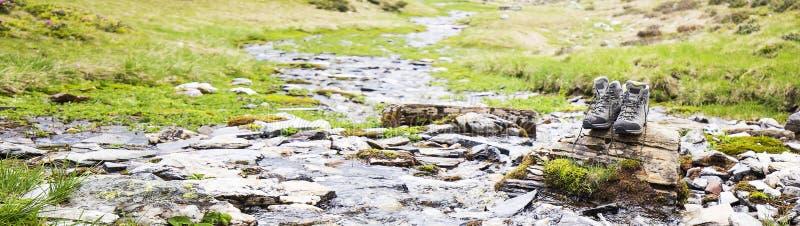 Μπότες πεζοπορίας, υπαίθριος εξοπλισμός υποδημάτων βουνών στοκ εικόνα με δικαίωμα ελεύθερης χρήσης