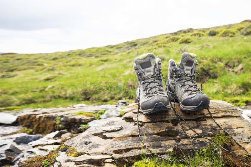 Μπότες πεζοπορίας, υπαίθριος εξοπλισμός υποδημάτων βουνών στοκ εικόνες
