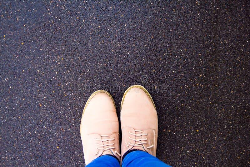 Μπότες στο πεζοδρόμιο, τοπ άποψη στοκ φωτογραφία