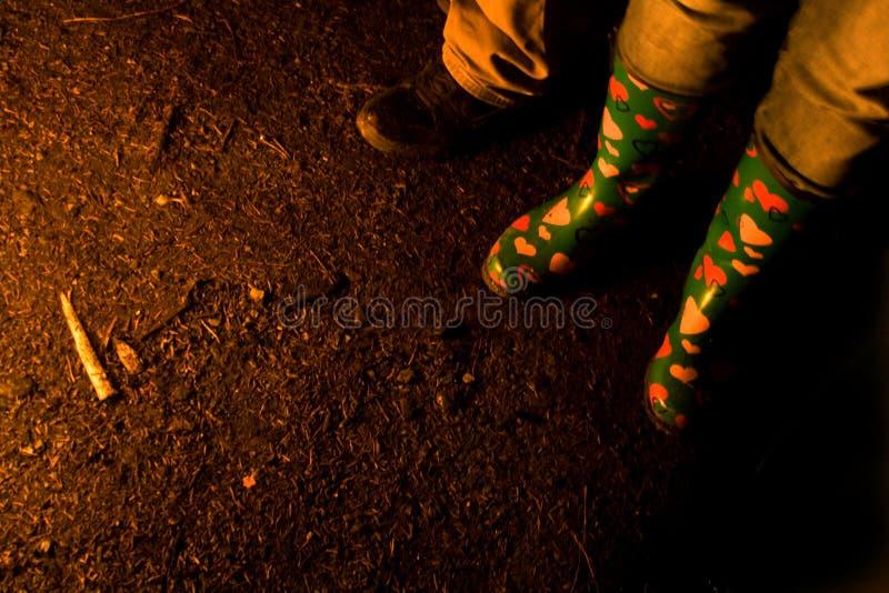 Μπότες των ανθρώπων γύρω από τη φωτιά στοκ φωτογραφίες