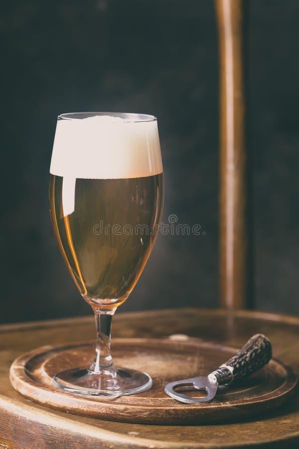 Μπύρα γυαλιού στο σκοτεινό υπόβαθρο στοκ φωτογραφίες