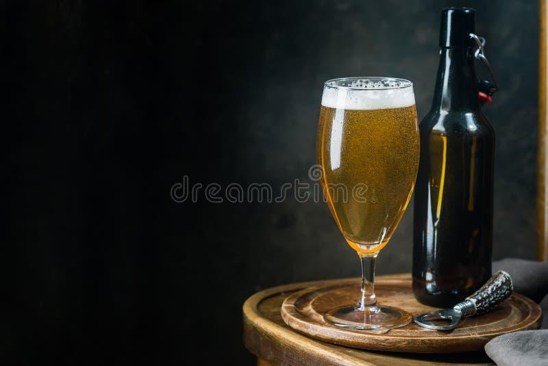 Μπύρα γυαλιού στο σκοτεινό υπόβαθρο στοκ φωτογραφία με δικαίωμα ελεύθερης χρήσης