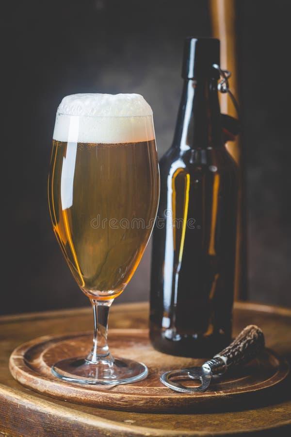 Μπύρα γυαλιού στο σκοτεινό υπόβαθρο στοκ φωτογραφίες με δικαίωμα ελεύθερης χρήσης