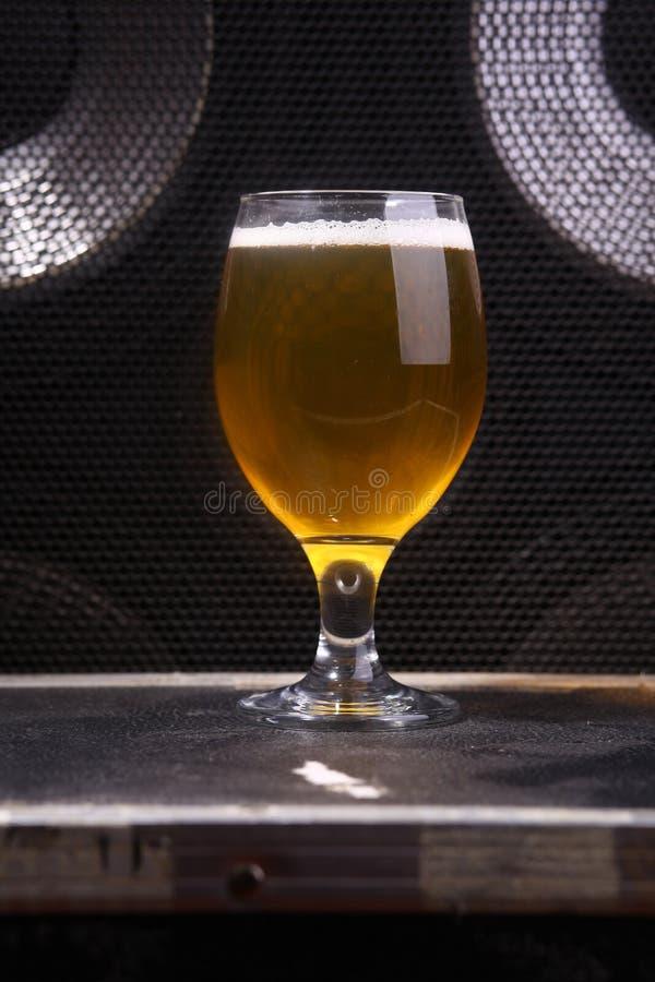 Μπύρα και μουσική στοκ εικόνα με δικαίωμα ελεύθερης χρήσης