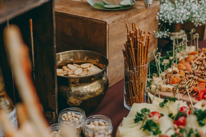 Μπύρα και ορεκτικά πρόχειρα φαγητά ο πίνακας με δύο κούπες του ξανθού γερμανικού ζύού, ξύλινος πίνακας με τα ψημένα στη σχάρα λου στοκ φωτογραφίες με δικαίωμα ελεύθερης χρήσης