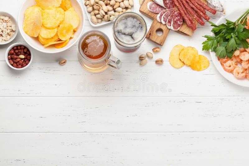 Μπύρα και πρόχειρα φαγητά σχεδίων στοκ εικόνες με δικαίωμα ελεύθερης χρήσης