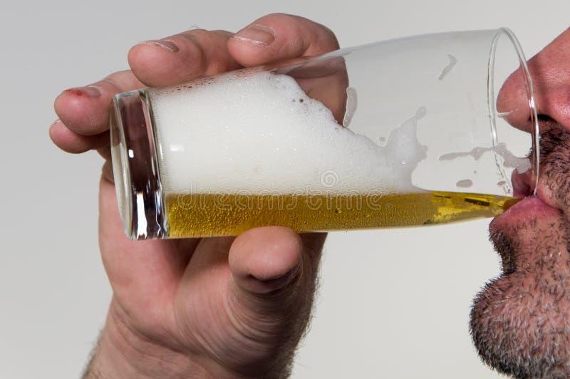 Μπύρα κατανάλωσης ατόμων στοκ φωτογραφία με δικαίωμα ελεύθερης χρήσης