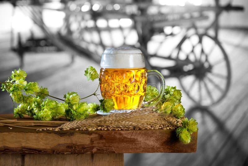 Μπύρα, λυκίσκοι και κριθάρι στην παλαιά σιταποθήκη στοκ εικόνα με δικαίωμα ελεύθερης χρήσης