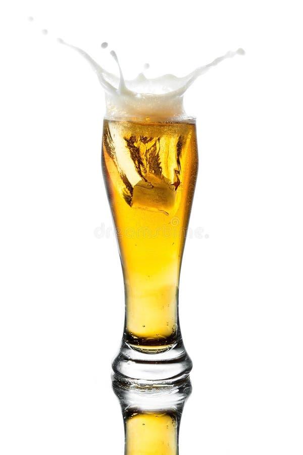Μπύρα παφλασμών στο γυαλί στοκ εικόνες