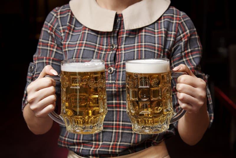 μπύρα που ψαλιδίζει το συμπεριλαμβανόμενο μονοπάτι δύο κουπών στοκ φωτογραφίες με δικαίωμα ελεύθερης χρήσης