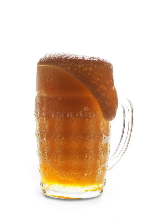 Μπύρα σε μια κούπα σε ένα άσπρο υπόβαθρο στοκ εικόνες