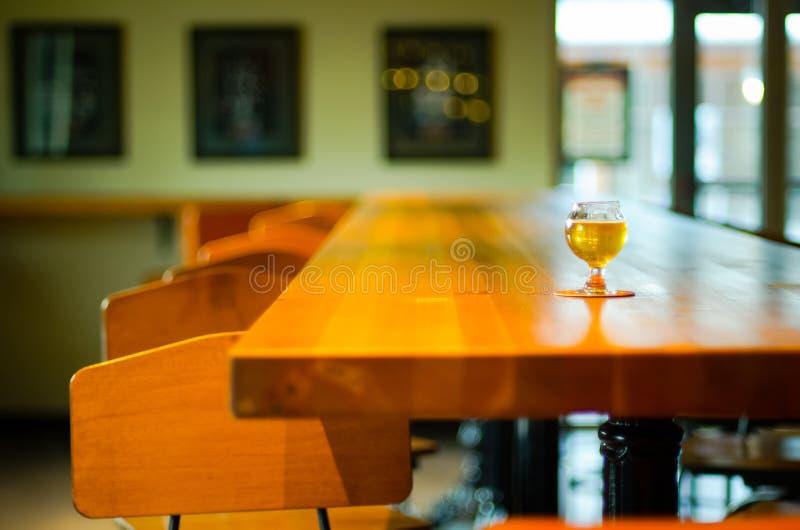 Μπύρα τεχνών στο μπαρ στοκ εικόνα με δικαίωμα ελεύθερης χρήσης