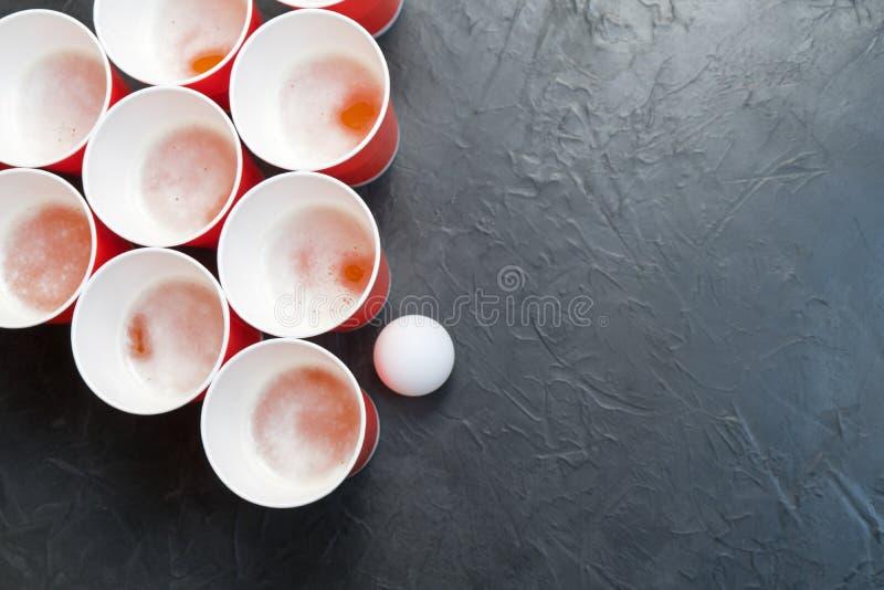 Μπύρα Pong Δημοφιλές παιχνίδι στα κόμματα Θέση για το κείμενό σας στοκ εικόνες