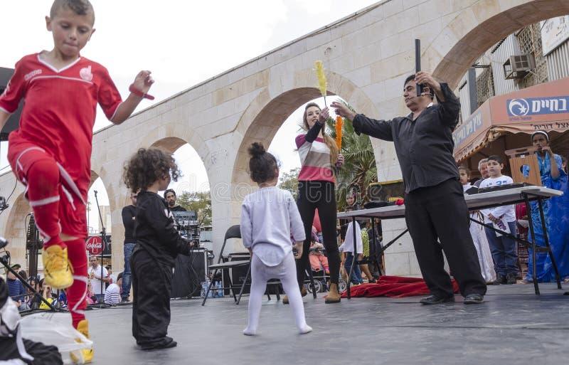 Μπύρα-Sheva, ΙΣΡΑΗΛ - 5 Μαρτίου 2015: Ομιλία στη σκηνή οδών των θεατών καλλιτεχνών και παιδιών - Purim στοκ εικόνες με δικαίωμα ελεύθερης χρήσης