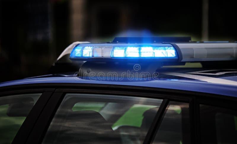 μπλε λάμψη του περιπολικού της Αστυνομίας κατά τη διάρκεια του σημείου ελέγχου για να ελέγξει το μ στοκ εικόνα με δικαίωμα ελεύθερης χρήσης