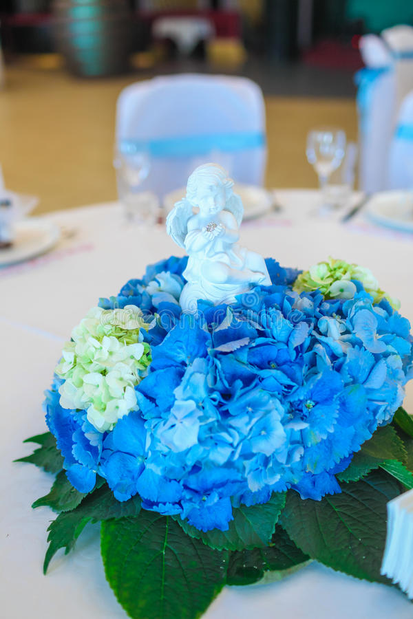 Μπλε άσπρη επιτραπέζια ρύθμιση Hydrangea στοκ φωτογραφίες