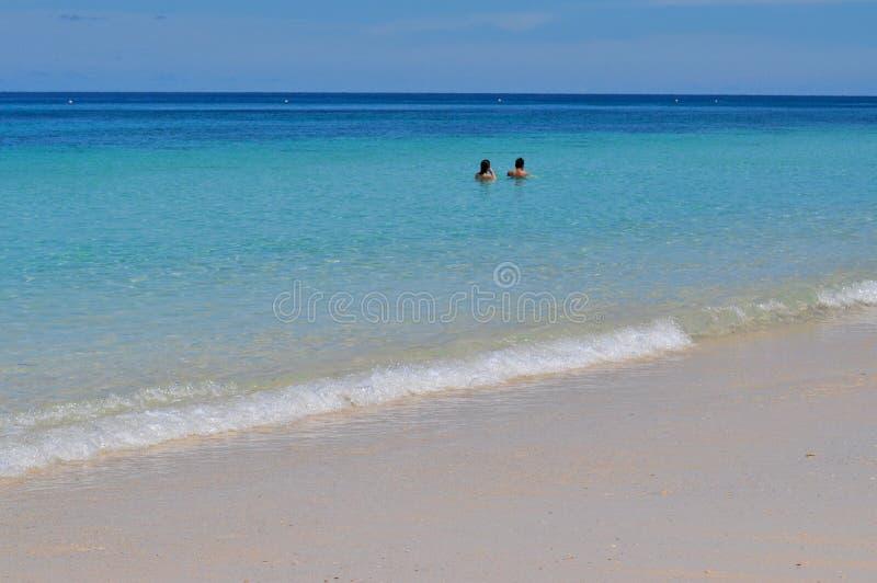 Μπλε ήρεμη θάλασσα με την άσπρη άμμο στοκ εικόνα