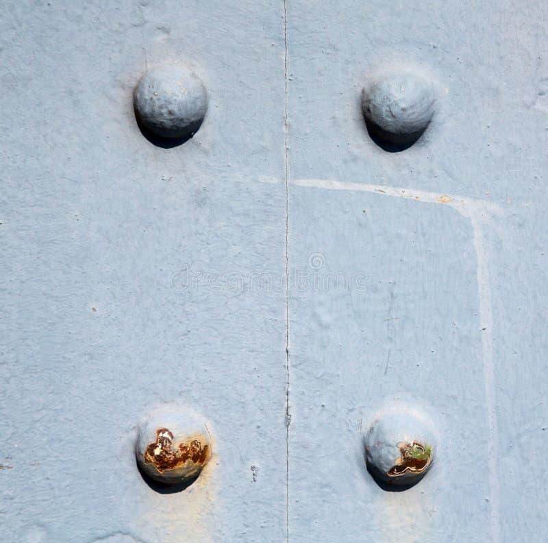 μπλε λαβή του Λονδίνου στο παλαιό καρφί ορείχαλκου πορτών σκουριασμένο και lig στοκ φωτογραφία με δικαίωμα ελεύθερης χρήσης