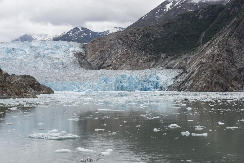Μπλε από την Αλάσκα παγετώνας με τα βουνά στοκ φωτογραφίες με δικαίωμα ελεύθερης χρήσης