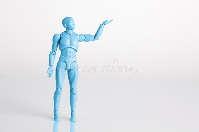 Μπλε αρσενικό ειδώλιο που στέκεται στη λευκιά αντανακλαστική επιτραπέζια εκμετάλλευση επάνω απεικόνιση αποθεμάτων