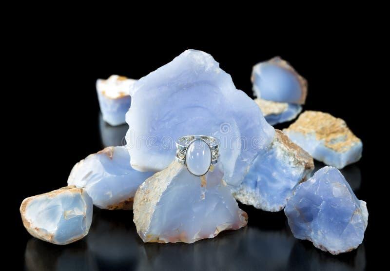 Μπλε δαχτυλίδι Chalcedony και τραχύς στοκ φωτογραφίες