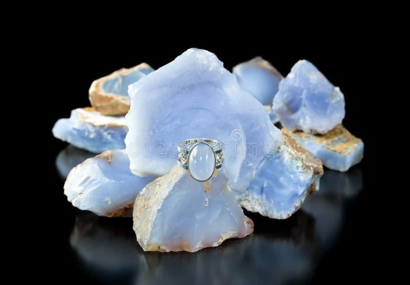 Μπλε δαχτυλίδι Chalcedony και τραχύς στοκ εικόνα